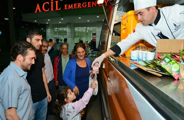 #istanbul #ibb #ibbPR #Acil  İstanbul Büyükşehir Belediyesi Sosyal ve İdari İşler Müdürlüğüne bağlı Lojistik Destek Merkezi bünyesinde hizmet veren Mobil Büfeler, ihtiyaç duyulan her noktada hizmet sunmaya devam ediyor. Mobil Büfeler, geçen yıllarda olduğu gibi bu yıl da, İstanbul'daki devlet hastanelerinin acil servislerinde bekleyen hasta yakınlarına sıcak içecek, çorba ve su servisi sunuyor.