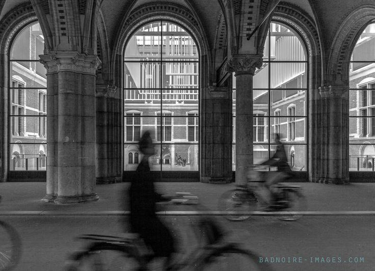 cyclists tunnel Amsterdam Rijksmuseum