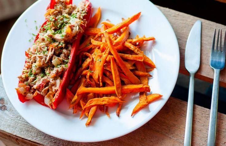 Zoete aardappelfriet met gevulde puntpaprika met tonijn