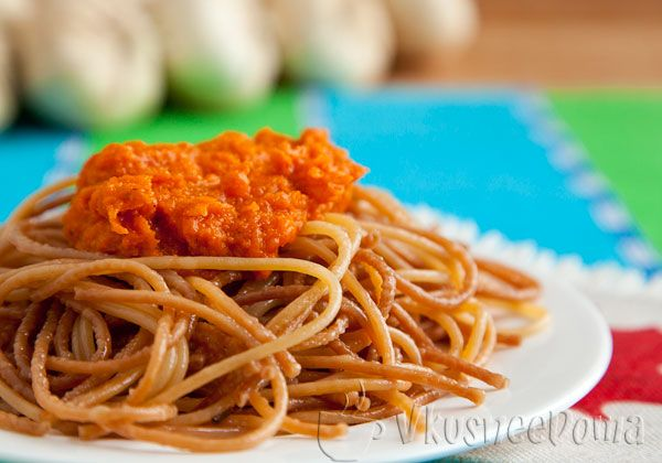 Очень простое и вкусное блюдо - спагетти жареные. Если при обычной варке спагетти могут стать мягкими и развариться, то при жарке, они точно будут плотного вкуса.