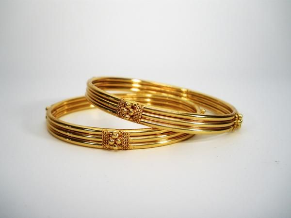 pair of traditional gold bangles in kada pattern