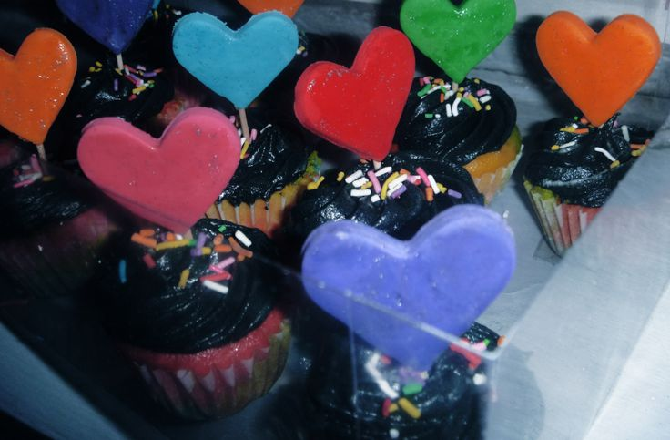 #hearts #cupcakes #mexicanbakery #partyideas #piñata #kidsideas #neonparty #neoncupcakes