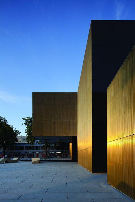 la Plateforme des Arts et de la Créativité de Guimarães (Portugal) réalisée par le cabinet Pitágoras Aquitectos. Elément central de cet ensemble architectural, le cuivre est ici utilisé sous la forme d'un alliage (le laiton) qui lui donne sa couleur dorée naturelle.