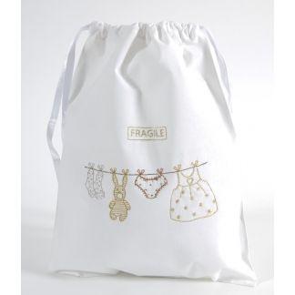 """Kit de bordado tradicional con hilo Diamant de la colección """"Mi primera fiesta"""": universo blanco y sofisticado donde los corazones grises se mezclan con el encaje. Tejido 100% algodón ya dibujado con el diagrama, los hilos y la aguja adjuntos."""