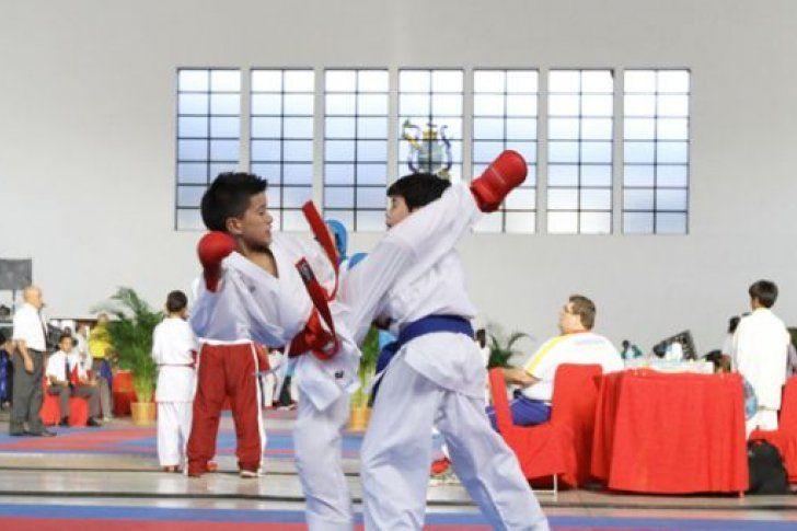 900 Atletas de los 23 estados del país y del Distrito Capital se medirán en el Campeonato Juvenil de Karate Do, que se disputará en el Gimnasio Los Gemelos de Barquisimeto, estado Lara, en el Centro-Occidente venezolano.</p> <p>Gata individual y por equipo, y combates individuales, femeninos y masculinos, son modalidades establecidas en la competencia, informó la secretaria general ...