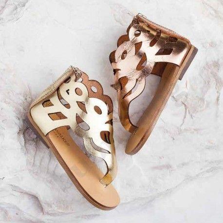 Детски сандали в старинен стил от естествена кожа, с цип в задната част за по-лесно обуване. Предлагат се в два цвята-злато и мед.
