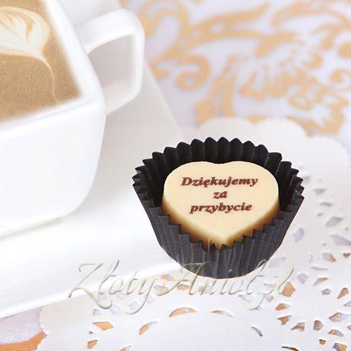 Pyszna pralinka z czekolady to idealny upominek dla gości na przyjęciu komunijnym!