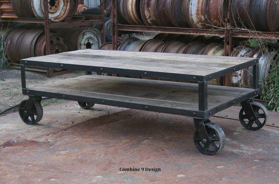 La mesa de centro - Vintage Industrial, Rústico, mediados de siglo modernos, con madera reciclada (roble), la decoración tipo loft urbano, apenado con ruedas de acero.