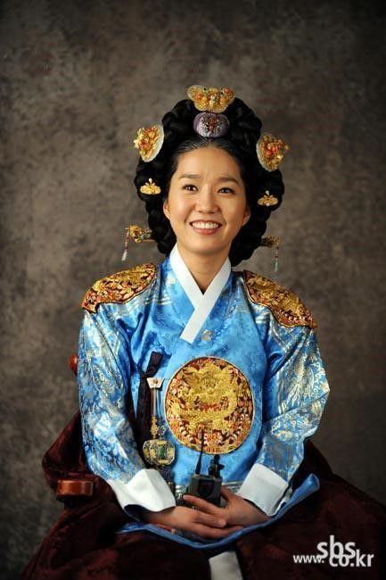 The King and I (Hangul: 왕과 나; hanja: 王과 나;RR: Wanggwa Na) is a South Korean historical drama series that aired on SBS. Starring Oh Man-seok, Ku Hye-sunand Go Joo-won. 성종비정현왕후 이진