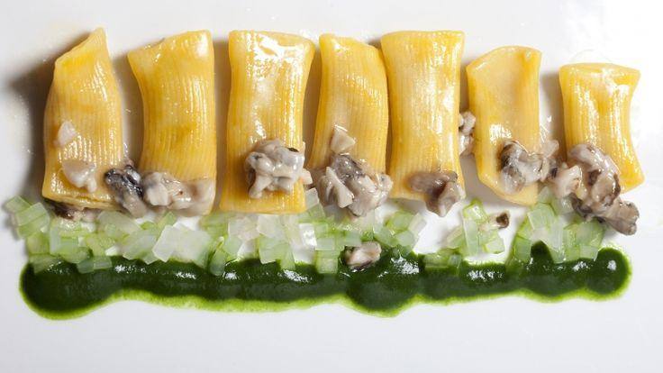 Maccheroni al torchio con anguilla affumicata, ragù d'ostrica e salsa di spinaci. Chef: Aurora Mazzucchelli http://winedharma.com/it/dharmag/dicembre-2013/maccheroni-al-torchio-con-anguilla-affumicata-ragu-dostrica-e-salsa-di-spinaci