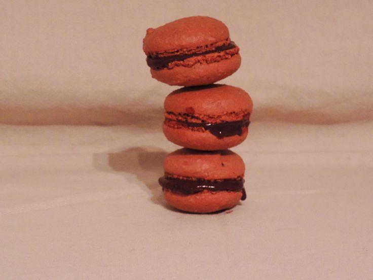 Macarons au chocolat.  La recette en vidéo : https://www.youtube.com/watch?v=Gl7F4hFT1G4   La recette détaillée sur le blog: http://lesgourmandisesenamore.fr/2015/09/18/macarons-au-chocolat/