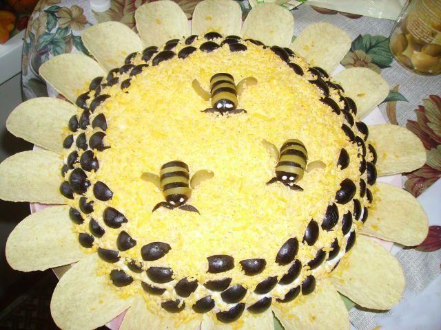 cute salad decor Bee yellow flower decoration buffet Fun food for kids Ensalada plato decorado como una flor y abejas comida divertida para niños