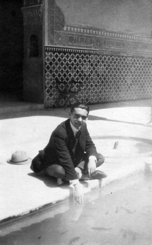 El poeta en uno de los patios de la Alhambra durante una visita. En 1922, Lorca organizó junto al músico Manuel de Falla el primer concurso de cante jondo de la historia en los jardines del Generalife de la antigua fortaleza árabe. En él participó Manolito Caracol con 12 años y Diego Bermúdez, el Tenazas, que fue hasta allí andando desde Córdoba recorriendo 150 kilómetros.