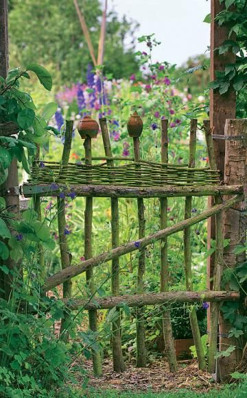 Restholz vom Baum- oder Strauchschnittist oft viel zu schade zum Häckseln! Wer ein individuelles Gartentor oder Zaunelement habenmöchte, kann dieses aus stärkeren Ästen leichtzusammenbauen. Weidenruten, die man amoberen Ende einflicht, sowie Zaunkappenaus Ton geben den letzten Schliff