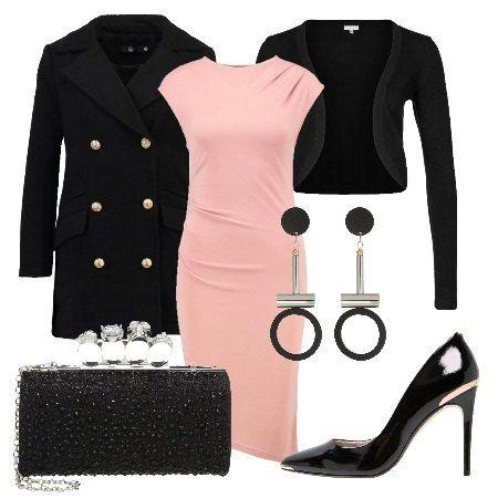 Outfit composto da vestito rosa in jersey con scollo tondo. Cappotto nero corto con colletto a bavero e chiusura a bottoni dorati. Cardigan nero corto. Pochette nera, chiusura con gancio in tessuto. Scarpe in pelle nere a punta, con tacco a spillo e inserto dorato a richiamare i bottoni del cappotto. Per concludere orecchini pendenti in metallo e plastica con cerchio terminale nero.