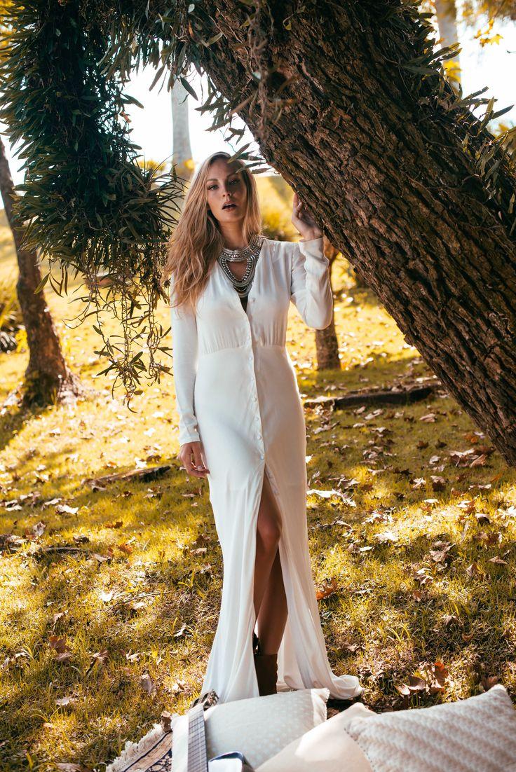 Você ama vestidos longos? Então se prepara pra se apaixonar!! Nosso vestido veio todo despretencioso e encantando com sua fenda e seu caimento incrível. Use ele com o decote mais aberto, nosso top de renda recortada e uma botinha de cano baixo, seu look vai ficar ainda mais charmoso <3 #fashion #vestid #vestidolongo #vestidobranco