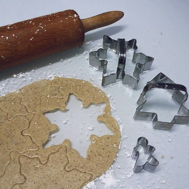 Det gøye med å bake pepperkaker er at man blir 5 år igjen og smug spiser deigen 😇 #delgodeminnerjul #helenorgebaker #helasverigebakar #gingerbreads #pepperkaker