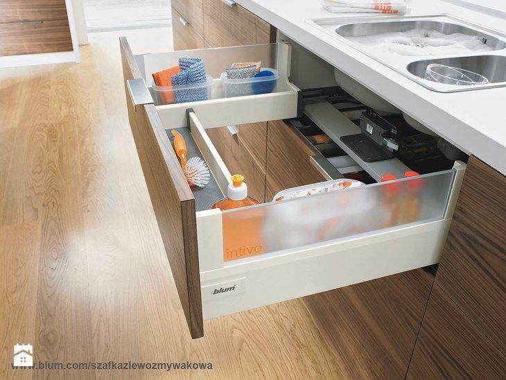 Zamiast maskownicy pod zlewem warto umieścić szufladę zlewozmywakową. W ten spo-sób można zyskać miejsce tam, gdzie wcześniej go nie było. Szuflad ta jest stworzona do przechowywania środków czystości ...