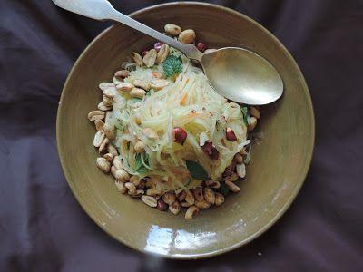 Salada de mamão verde com amendoim.