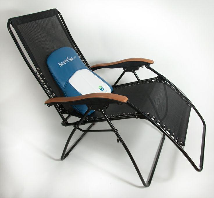 Notre coussin NeuroSpa NRJ3 bleu sur une chaise zéro gravité de grand format. On peut l'utiliser à l'intérieur dans un endroit calme et paisible pour relaxer !