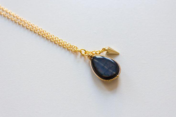 Gouden ketting met donkerblauwe edelsteen hanger van Sam and Suzy op DaWanda.com