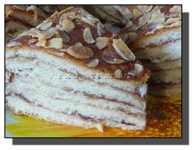 Frgálový dort---Napadlo nás, jak by asi vypadaly frgále upečené na sobě jako dort. Vypadají docela dobře, chutnají výborně – příště povrch dortu místo mandlemi ozdobíme drobenkou. Suroviny:  200 g polohrubé mouky 300 g hladké mouky 200 ml vody 90 g cukru 1 žloutek špetka soli 125 g povoleného másla 20 g droždí---Po nakynutí dortu potřeme povrch zbylým bílkem, posypeme mandlovými lupínky a dáme upéct – vložíme do trouby vyhřáté na 170°C, pečeme asi 30 minut,