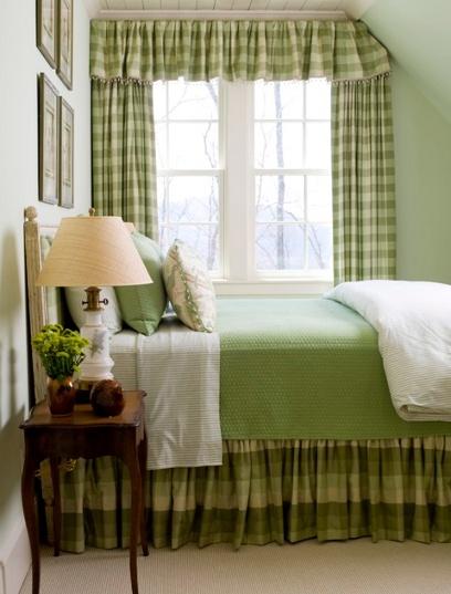 cortina y faldón en cuadrillé o escocés verde