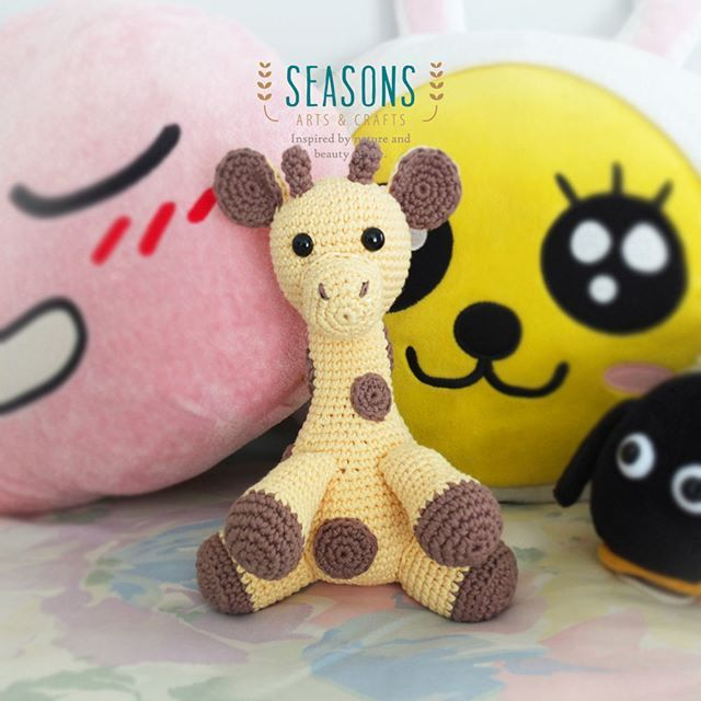 Do you like giraffe?  This one is a doll size that big enough to be hugged by cute little kids. Total height is approximately 24 cm.  Check the free…