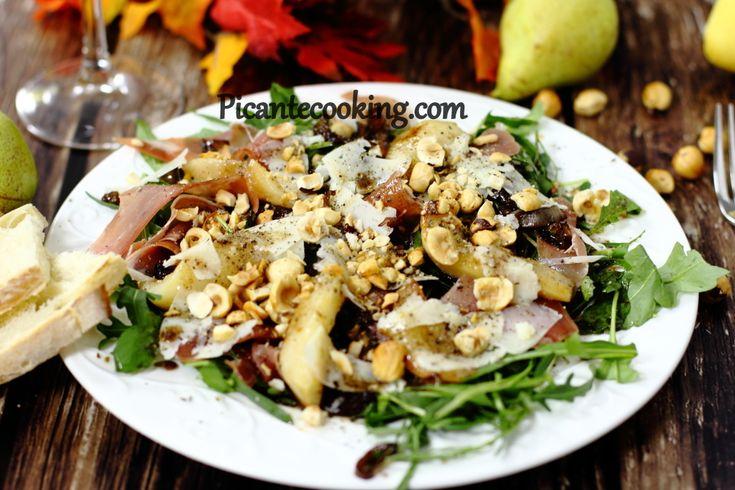 Салат с грушей, карамелизированным луком и ветчиной