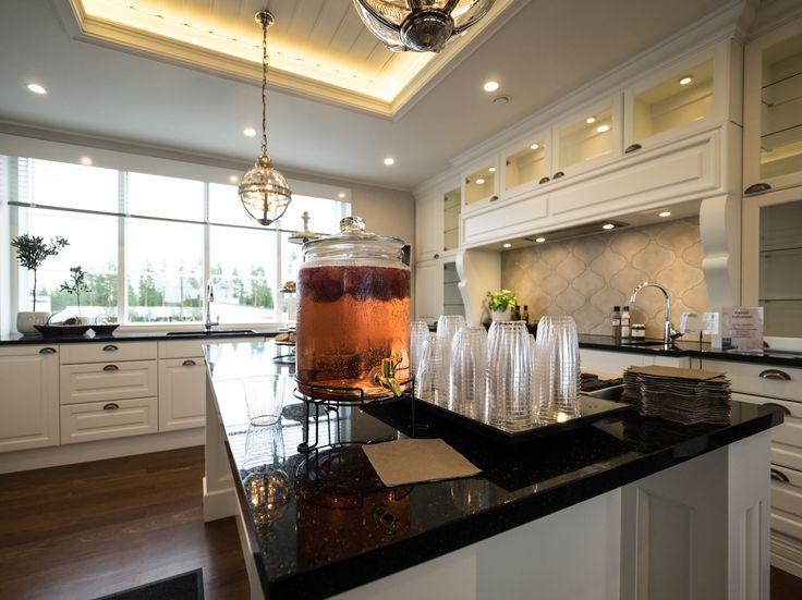 Indirect lighting is designed to create added interest to the kitchen and illuminate the space. Epäsuora valo tuo lisähuomiota keittiöön ja valaisee tilaa.