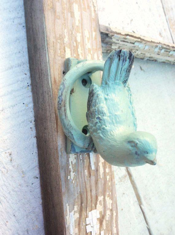 BEST SELLER !  NOUVEAU... heurtoir de porte petit oiseau. Jour ou nuit, l'oiseau vigilant attend pour annoncer les visiteurs à votre porte. Idéal pour accrocher sur une porte du jardin.  Matériel assorti inclus.  Peint Catalina Mist. (couleur #10)   En fait un merveilleux cadeau pour nouveau propriétaire de la maison...  Mensurations :  2 1/2 po de hauteur 2 1/4 po à son plus large 2 1/4 po de la cornée (grosse petit oiseau et adorable) Centre à Centre des trous 1 3/8 po a part