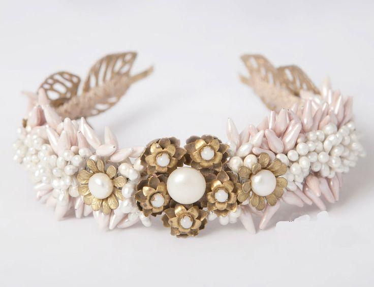 Diadema con forma de hojas, flores y pistilos en tonos dorados, rosa pavé y blanco (Suma Cruz).