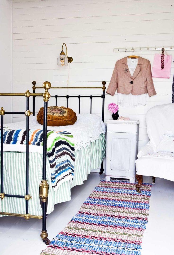 I Kattis sovrum står en engelsk järnsäng, Degeberga. Sänglampan köptes från en numera nedlagd antikaffär. Överkast, loppis. Pläd vid fotändan, Ikea. Sängkappan har Katti sytt. Pottskåpet är en gåva.