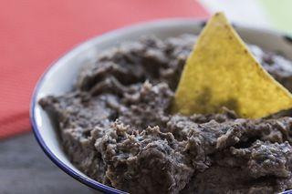 Seguimos en México y ésta vez para degustar unos deliciosos frijoles refritos. Una guarnición típica mexicana en la que primero se cuecen los frijoles en una cacerola o una olla y posteriormente de re