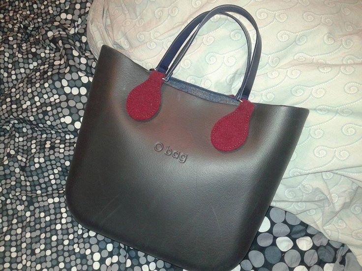 Chiara Kia rompe il colore metallico con gocce rosse e abbina tutto a manici piatti. #Obag