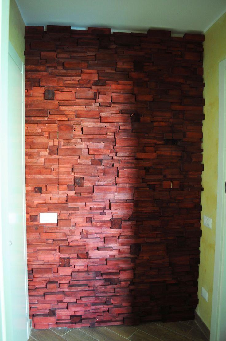 Hidden wall La funzione di questa parete di finti mattoni color mogano è quella di nascondere gli impianti elettrici. Si aggiunge l'effetto decorativo del gioco di luci dovuto alle differenti dimensioni dei mattoni e alle loro sporgenze dal muro. La luce viene diffusa dall'alto con faretti a led.