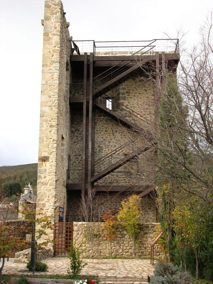 Poco queda de la Torre del Homenaje, pero lo que queda de ella y del castillo en general está muy bien conservado. El castillo alberga el cementerio del pueblo.