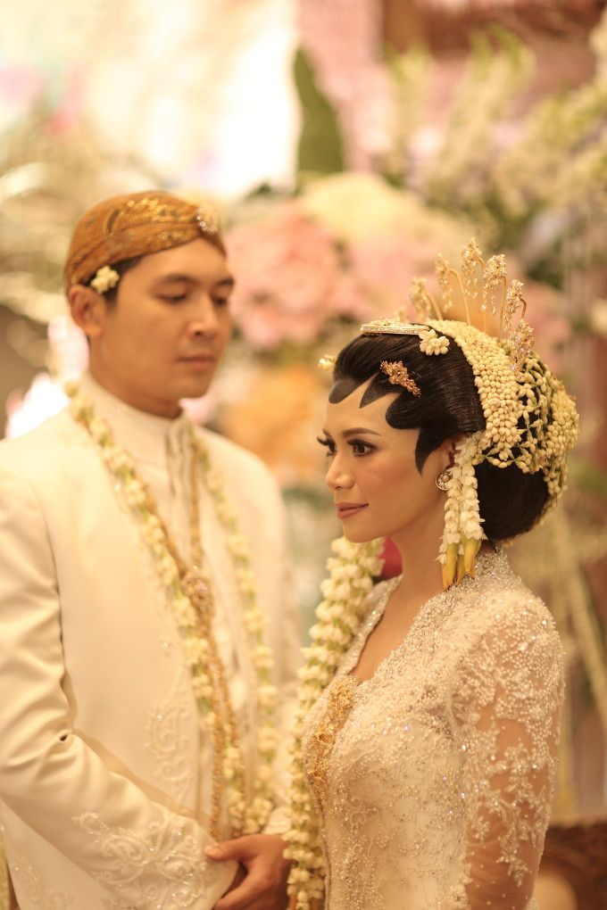 Javanese wedding photoshoot idea | A Romantic Multicultural Wedding With Colorful Details | http://www.bridestory.com/blog/a-romantic-multicultural-wedding-with-colorful-details