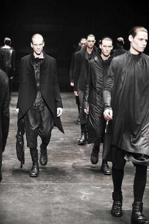 Visions of the Future: Julius #Fashion Создатель этого мира - японский дизайнер Татцуро Хорикава, который отрицает привычные каноны красоты и создает свое собственное видение моды под сильным влиянием техно, панка и военных мотивов. Но прежде всего Julius – это авангардная готика, в основе которой лежит неизменный черный цвет, который изредка переходит в серый.