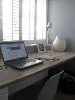 Als bureau boven: ladekastjes herbruiken, juist een steigerhouten blad erop!  ladekasjes aan één kant. Erg mooi!