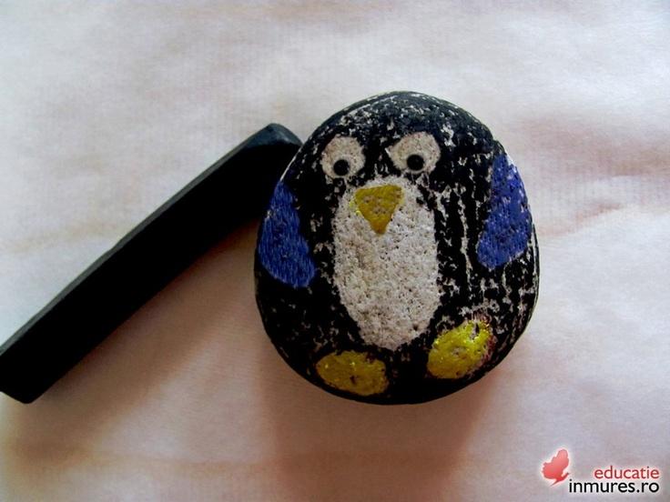 Alegem o piatră ovală. O spălăm bine cu detergent.  Desenăm un oval cu un creion negru în mijlocul pietrei și nu-l colorăm. Acesta va fi burta pinguinului.   http://educatie.inmures.ro/pinguin-din-piatra.html