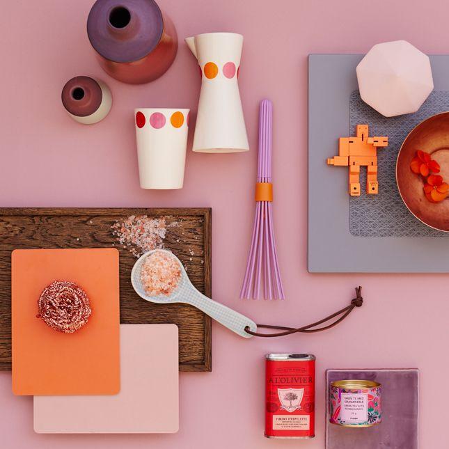 De røde nuancer er ikke til at komme udenom i 2015. Farverne er hentet i etnisk design, men også stadig i retrodesign fra 1960'erne og 1970'erne og mikses med keramik, kobber, røget eg og en trendy retrobordplade. Skab selv stilen med JKE Designs nyhed Pisa Grey.