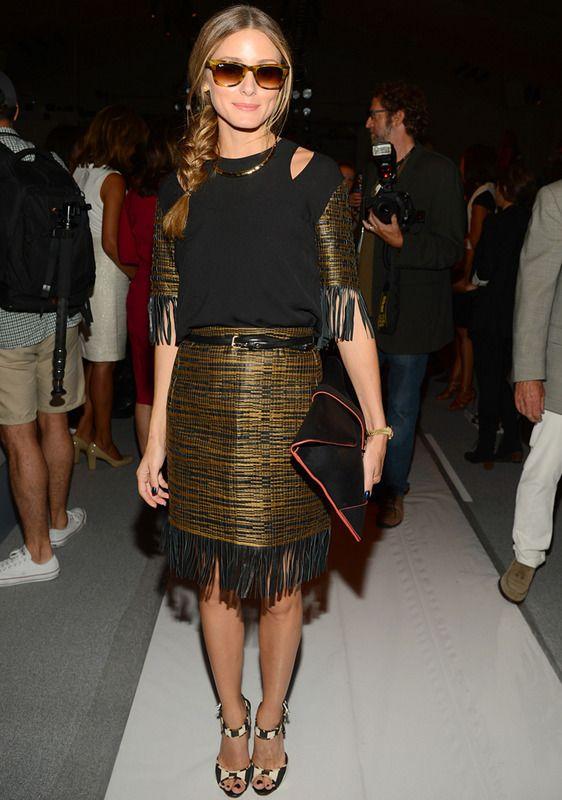 Con un look para cada desfile en NY, esta vez Olivia Palermo apostó por combinar dorado y negro en un vestido con flecos que combinó con unas sandalias en blanco y negro y un cartera XL con detalles flúor.