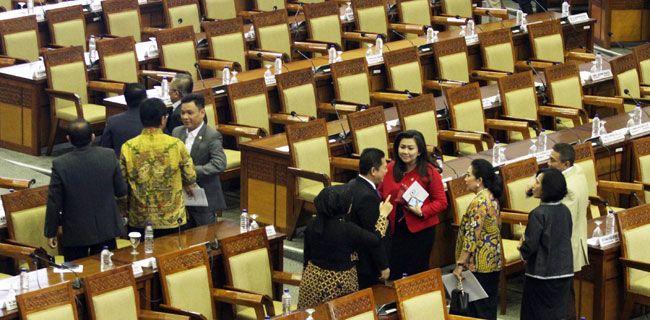 Setengah Anggota DPR Bolos  Sejumlah anggota DPR berbincang saat menghadiri Sidang Paripurna Pembukaan Masa Sidang ke-24 di Gedung Nusantra II, Kompleks Parlemen, Jakarta, Kamis (18/5). Sebanyak 324 dari 560 orang atau setengah dari anggota dewan tidak hadir alias bolos dalam Sidang Paripurna tersebut. Tedy Kroen/Rakyat Merdeka