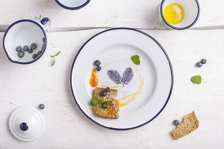 Our enamel dinner plate perfect for home and garden. Ideal for serving delicious food to guests and visitors alike.