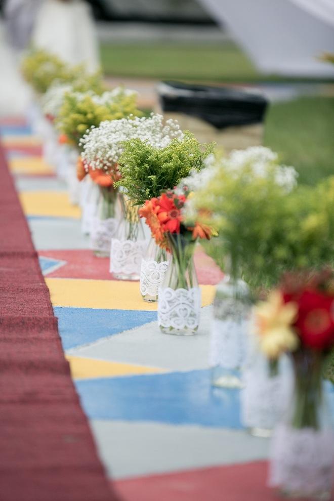El camino al altar decorado con flores.  Foto: www.valeriaduque.net