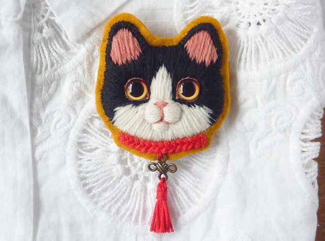 ハチワレ猫の毛糸刺繍のブローチ(白×黒)4匹目