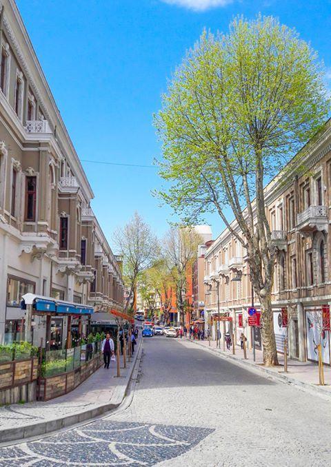 İstanbul'da sokaklarında yürürken keyif aldığım, güler yüzlü insanlarını gördükçe mutlu olduğum bir yer Beşiktaş. Tarihe tanık binaları, deniz kokan sokakları, cıvıl cıvıl kafeleriyle başka bir dünya var Beşiktaş'ta.