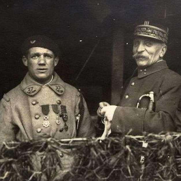 Albert Roche era un soldado francés de la Primera Guerra Mundial, que capturó, él solo, a más de 1.000 soldados alemanes gracias a las artimañas más ingeniosas: por ejemplo, único superviviente frente a un batallón alemán, fue a las trincheras y tiró desde diferentes ametralladoras para hacer creer que había más gente. Foch le dio las gracias por sus servicios y le seleccionó para formar parte de los 11 elegidos para portar el féretro del soldado desconocido. #soldado #frances #albertroche…