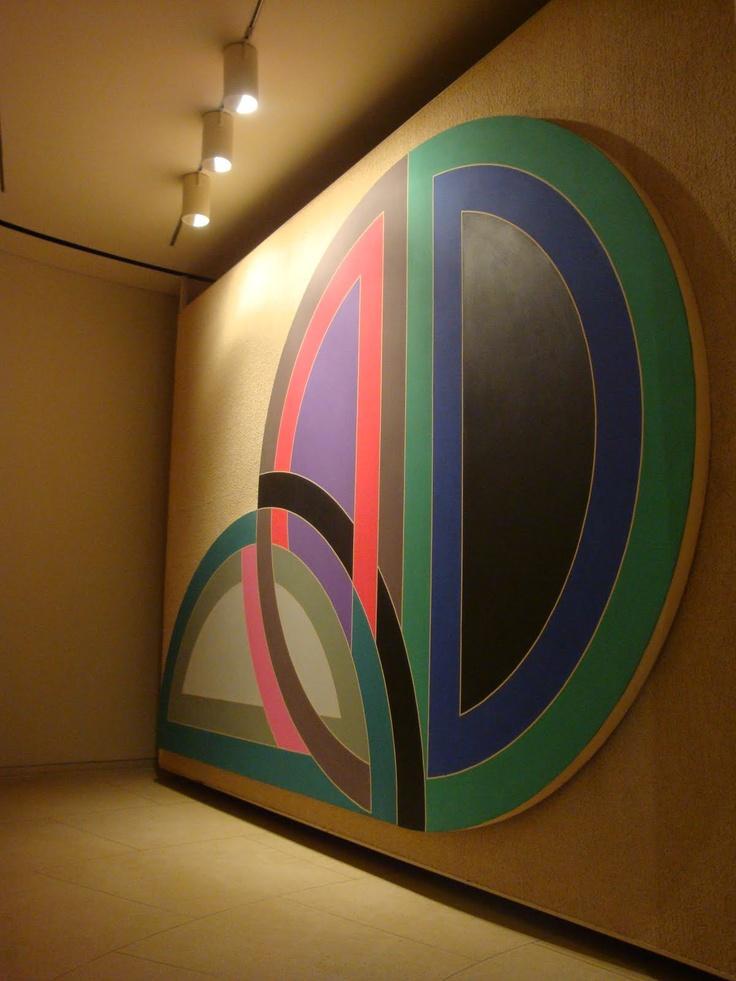 Frank Stella (nacido en Malden, Massachusetts, 1936) es un pintor y grabador estadounidense. Es una figura destacada del minimalismo, la abstracción postpictórica y la litografía.
